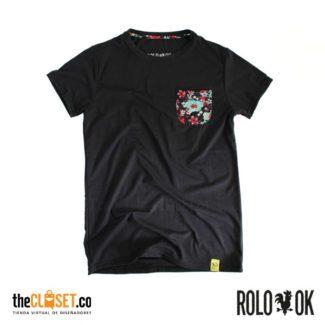 003-rolo-ok-camiseta-bolsillo-negro-cuello-redondo