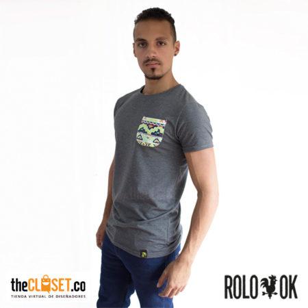 modelo camiseta gris bolsillo