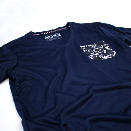 camiseta con bolsillo pattern flowers marca rolo-ok zoom flores azul oscuro 2