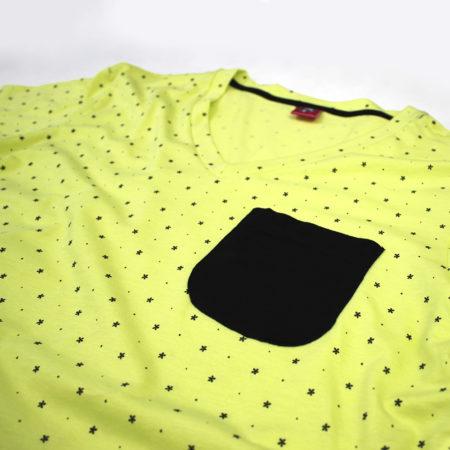 camiseta amarilla pattern de puntos cuello v largo con bolsillo negro zoom
