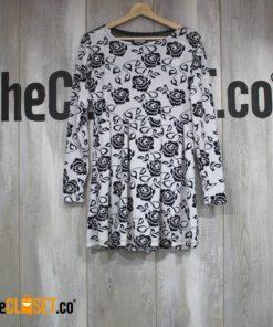 vestido blanco y negro con estampado de rosas y transparencia en la espalda